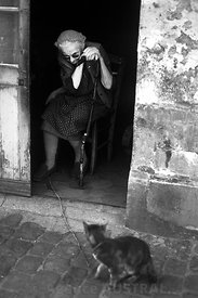 Grand-mère et son chat - Senlis - (60) - photo François Baudin