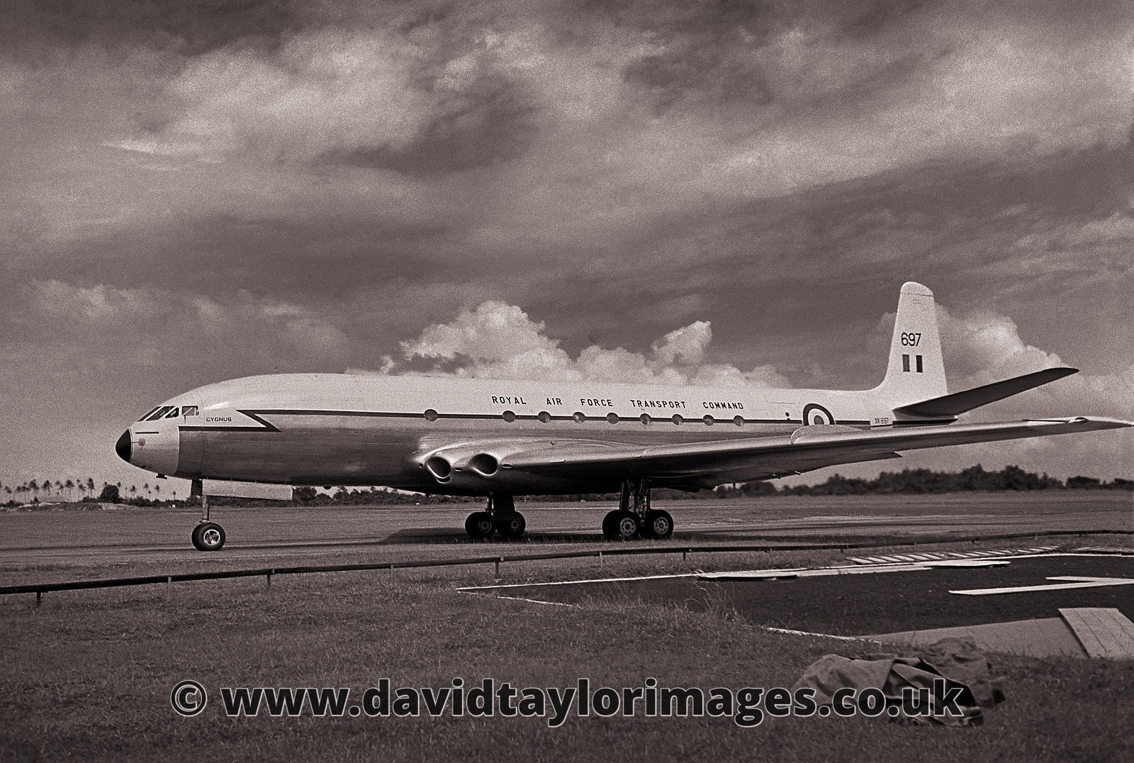 RAFAIR Flight 2207 taxies out  |  Comet C2 XK697  |  RAF Changi August 1962