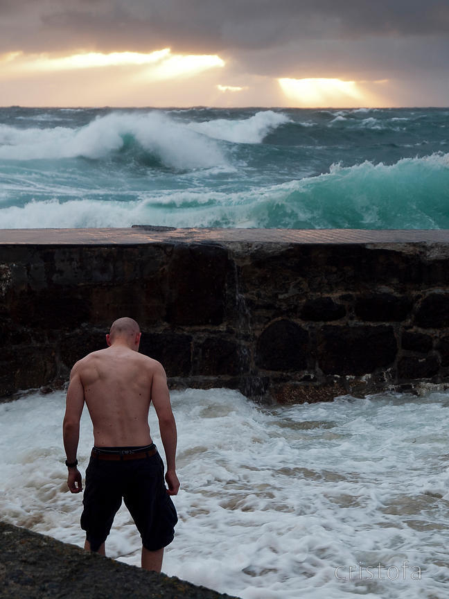 man gets wet at Sennen