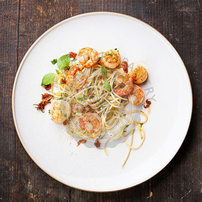 Spaghetti with prawns, sea scallops and basil
