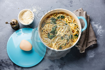 paghetti with Spinach and cream sauce in pan