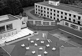 9.1_Hotels_Old_pool_NRT_B_W