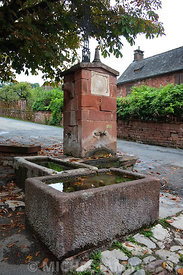 une fontaine à Collonges-la-Rouge