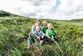 Danish family sitting in the dunes in Thy 4