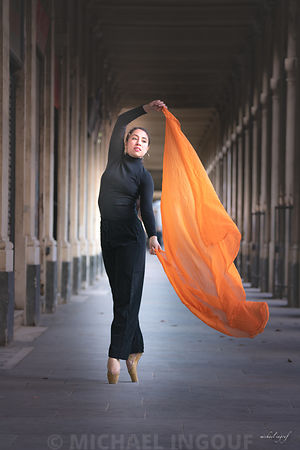 ballerina_jade_foulard_orange_pointe_perspective_regard_