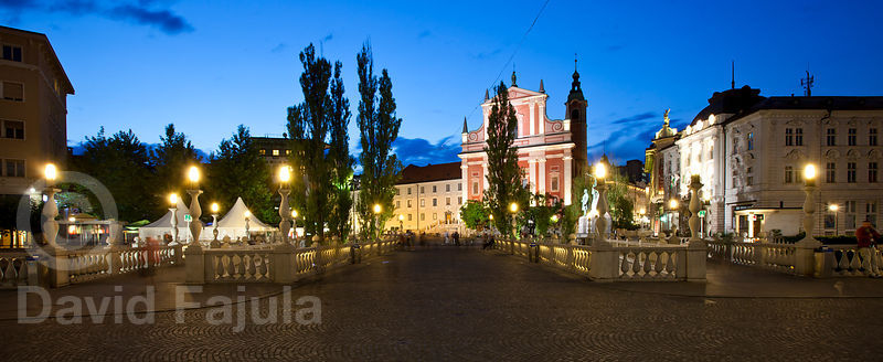The Triple Bridge (Tromostovje) and the Franciscan Church of the Annunciation (Frančiškanska cerkev) at dusk