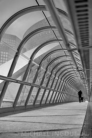 oct._26_2017_defense_tunnel_perspective_homme_marcheur_bnw_parisien_JPEG_Qualité_maximum