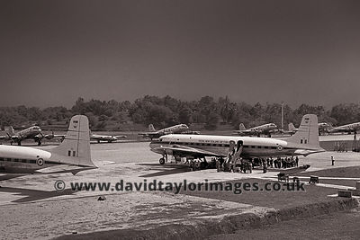 Kiwi troops unload  | 40 Squadron DC-6B's NZ3632 and 33 | RAF Changi May 1962