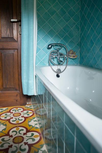 ANTOINE BOUREAU | Baignoire dans une salle de bain bleue en ...