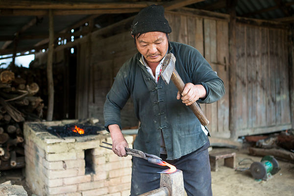 Forgeron, Bac Ha, Vietnam / Blacksmith, Bac Ha, Vietnam