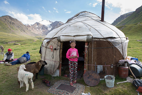 Jasmine, 8 ans devant la yourte familliale Kol Ukok, Kochkor, Kirghizistan / Jasmine, 8 years old in front of the family yurt...