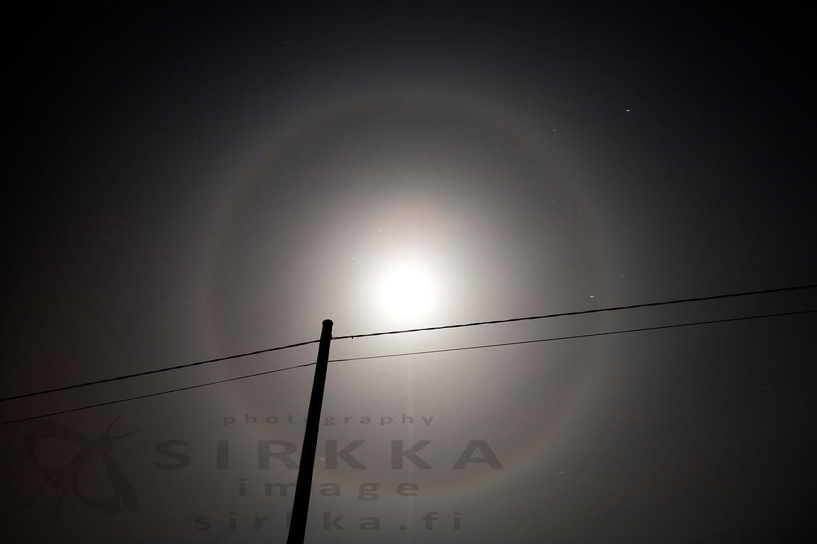 Halo phenomenon circles the moon