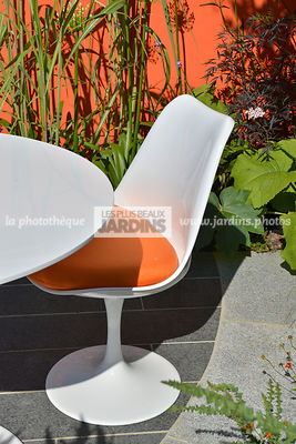 Chaise de jardin style vintage. Paysagiste : Adele Ford et Susan Willmott (Outdoor Creations), Hampton Court, Angleterre
