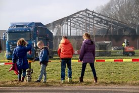 Kinderen komen kijken bij afgebrande varkemsstal Mill | Children looking at burned down pig barn Mill