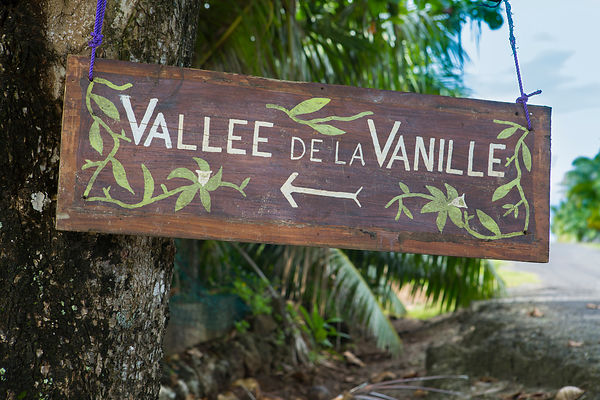Panneau indiquant la vallée de la Vanille, Tahaa, îles sous le vent, îles de la société, Polynésie Française / Sign indicating the Vanilla Valley, Tahaa, Leeward Islands, Society Islands, French Polynesia