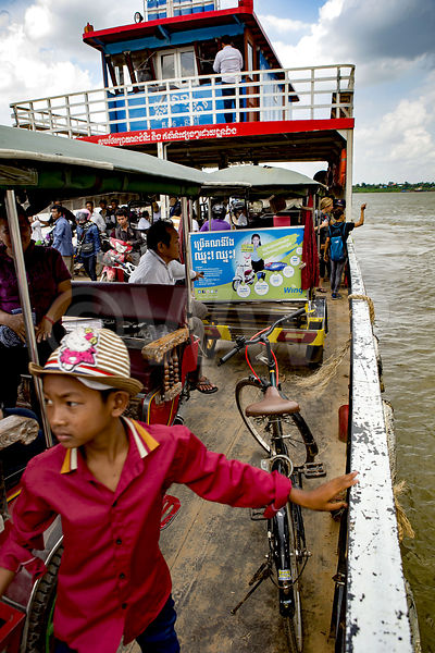 _W_P7560-Crossing-the-Mekong-PP-Cambodia
