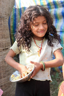 Fillette mangeant le plat traditionnel Dal Bhat avec les mains, camp de Tashi Palkiel, Népal / Girl eating traditional dish D...
