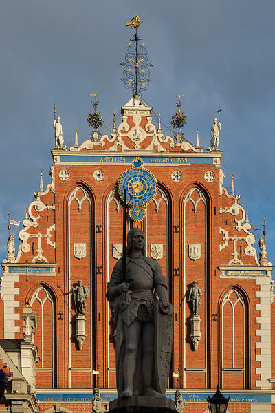 Statue of Roland in front of the House of the Blackheads (Melngalvju Nams), Town Hall Square (Ratslaukums)