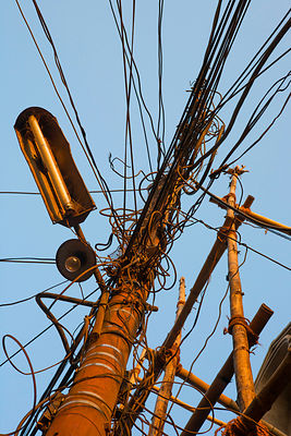 Poteau éléctrique rouillé vue de dessous à Tansen, Népal / Rusty electric post seen from below in Tansen, Nepal