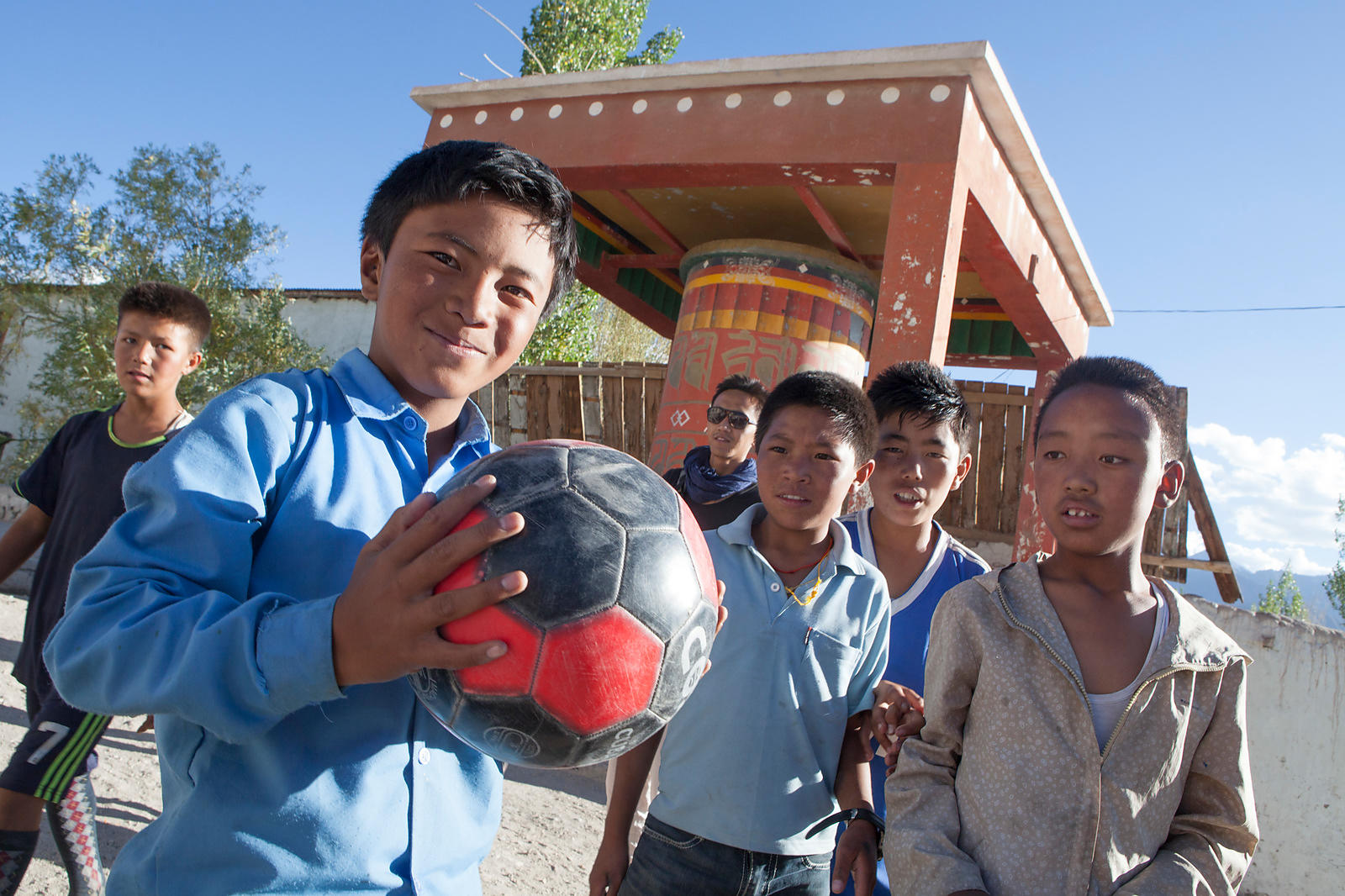 Kalsang, 12 ans avec un ballon de football dans les mains, Ladakh, Inde / Kalsang, 12 years old with a soccer ball in his han...