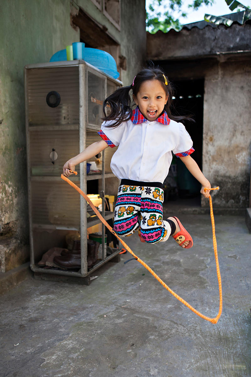 Vi, 6 ans, joue à la corde à sauter, Cat Ba, Vietnam / Vi, 6 years old, plays skipping rope, Cat Ba, Vietnam