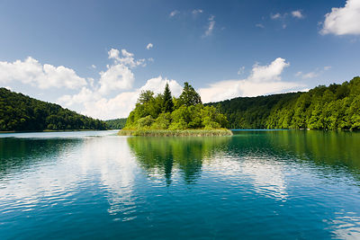 Ile sur un lac dans le PN des lacs de Plitvice en Croatie / Island on a lake in the Plitvice Lakes NP in Croatia