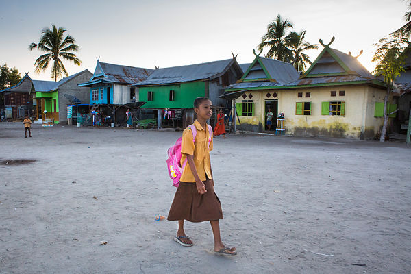 Nabila, 11 ans, sur le chemin de l'école, Pulau Messah, Flores, Indonésie / Nabila, 11 years old, on the way to school, Pulau...