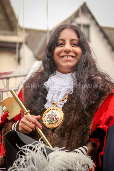 Banbury Town Mayor Cllr Shaida Hussain holding the Banbury Fair Golden Key