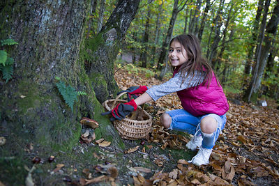 Rose, 7 ans montrant un champignon non comestible, Les Vans, Ardèche, France / Rose, 7 years old showing an inedible mushroom...