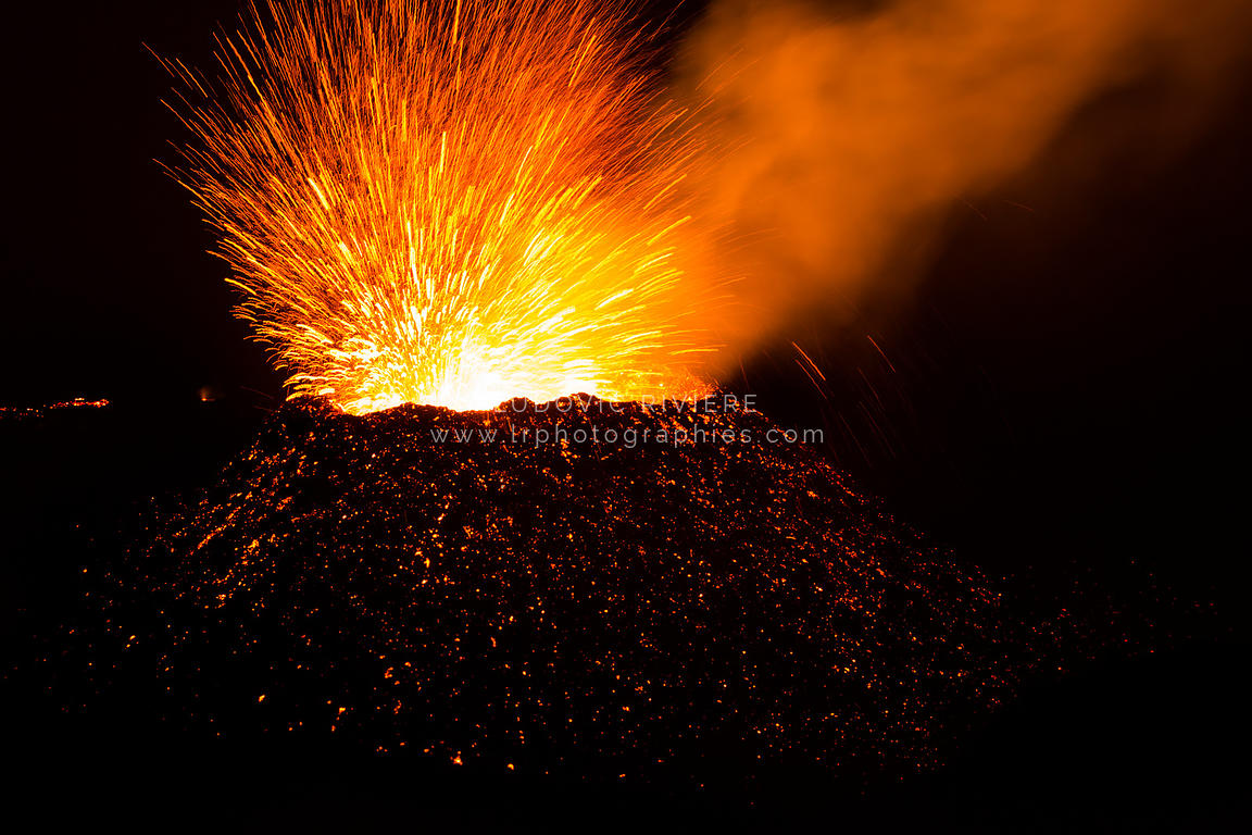 Feu d'artifice pendant l'éruption de la fournaise