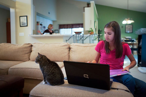 Mackenzie, 13 ans fait ses devoirs, Atlanta, USA / Mackenzie, 13, does her homework, Atlanta, USA