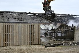 Afbreken varkensstal na brand | Tearing down pig barn after fire