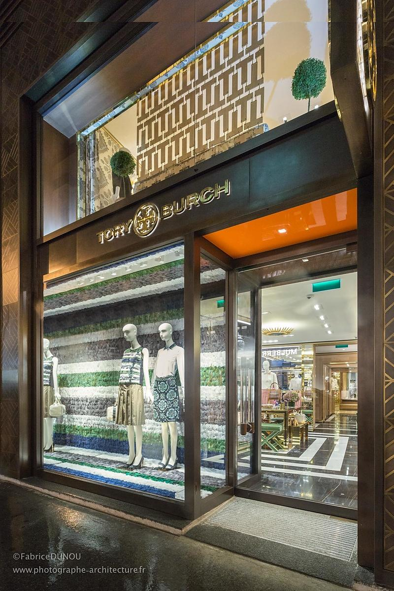 Vitrine du magasin Tory Burch Paris