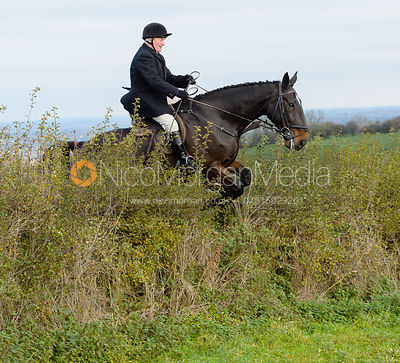 Mike Chatterton jumping a hedge near Clawson Thorns