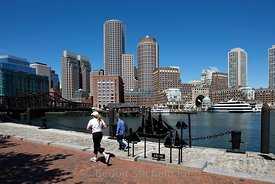 Etats-Unis, Massachsetts, Boston, jogger dans Langone Park devant le port de Boston