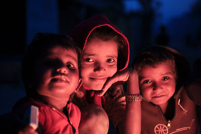 Portrait d'enfants le soir devant le feu, Lumbini Népal / Portrait of children in the evening in front of the fire, Lumbini N...