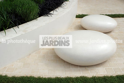 Jardin contemporain, Jardin design. Sculpture. Dallage.  Designer : Robert Myers. Chelsea FS, Angleterre