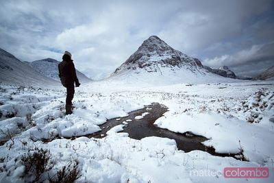 Excursionista de pie en Buachaille etive beag Scotland UK