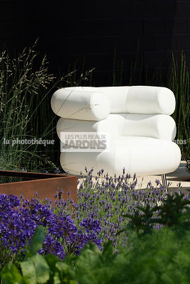 Fauteuil Bibendum (collection Eileen Gray). Paysagiste : Paul Martin, Hampton Court, Angleterre