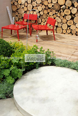 Meuble de jardin : table et chaise. Tas de bois, bûcher. Designers : Anthony Cox, Chris Gutteridge et Jon Owens. Chelsea FS, ...