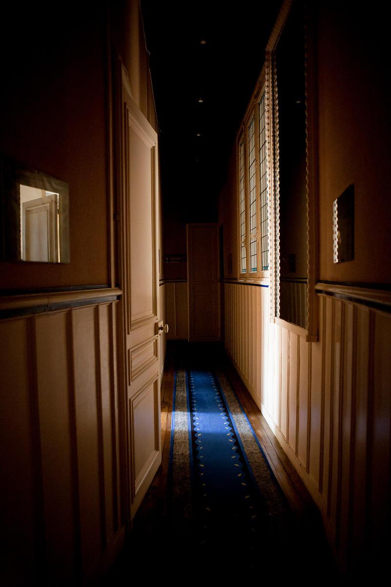 ANTOINE BOUREAU | Tapis bleu dans le couloir d\'un ...