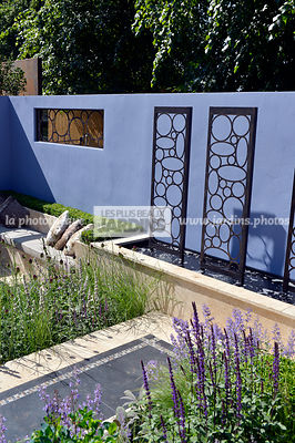 Terrasse urbaine : sculpture (Métal Design Furniture Ltd), Au premier plan : Salvia nemerosa (sauge), Paysagiste : Raine Clar...