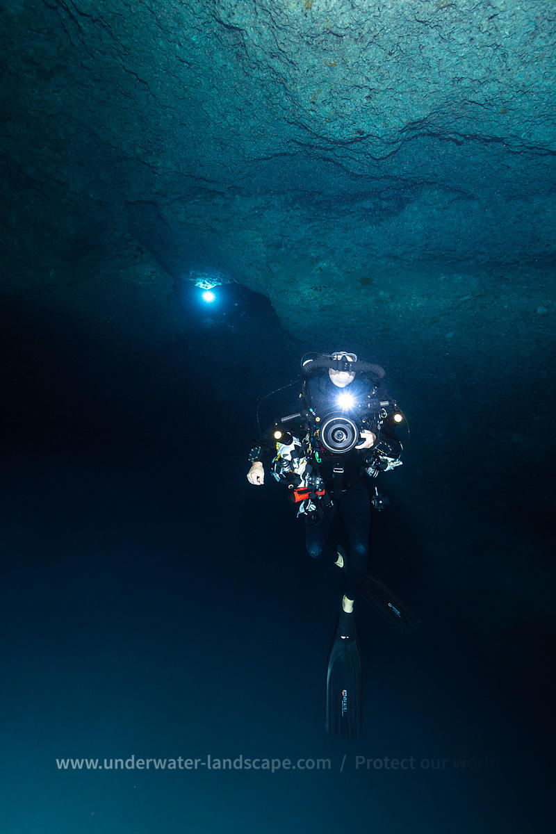 Underwater cave diver / Grotte sous-marine