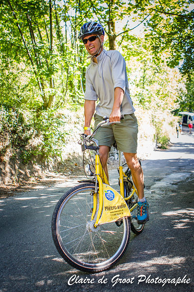 A courageous rider tackling the climb with his town bike (weighing over 15kg).