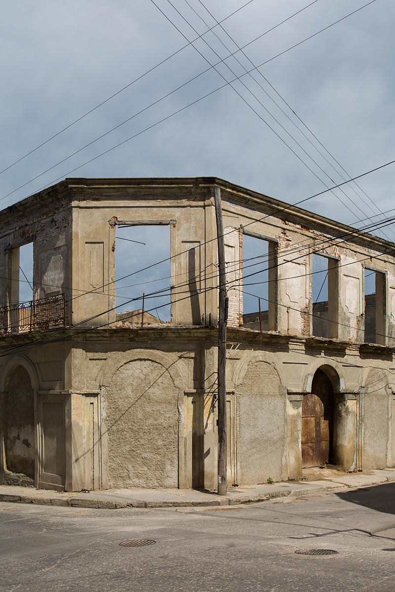 Facade of a destroyed building and electric wires at a crossroads, Santiago de Cuba, Cuba / Façade d'un bâtiment détruit et c...