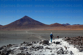 Tourists on nature trail near Laguna Colorada and Cerro Pabellon volcano, Eduardo Avaroa Andean Fauna National Reserve, Bolivia