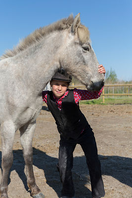 Léa, 8 ans, pose avec un poulain,  Saintes-maries-de-la-mer, France /Léa, 8 years old, is posing with a foal, Saintes-maries-...