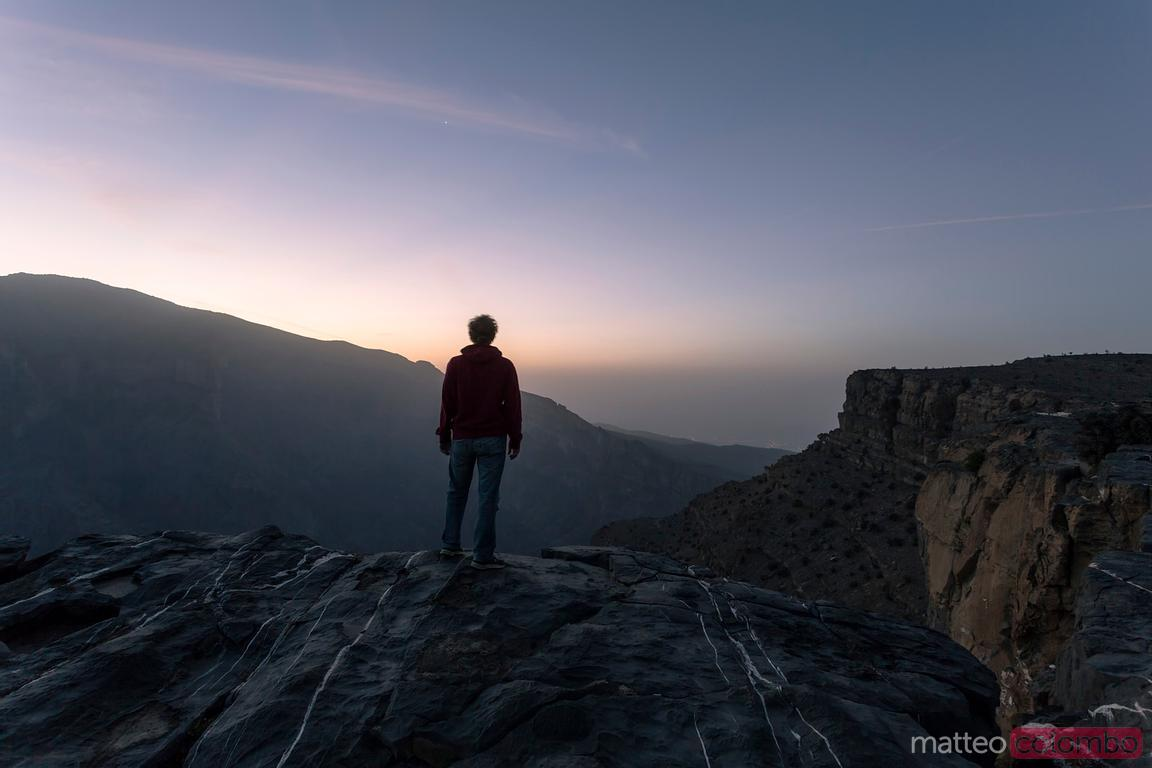 Turista ai margini del Grand Canyon dell'Oman, Jebel Shams