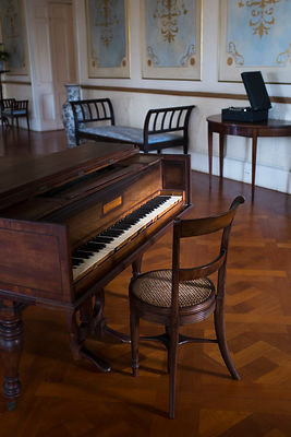 Salle de bal de la maison Devon et piano du 19ème siècle à Kingston, Jamaique / Devon House Ballroom and 19th Century Piano i...
