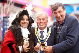 Bob Wilson of WIlson Fairs presents the golden key to Banbury Town Mayor Cllr Shaida Hussain & Cherwell District Council chai...